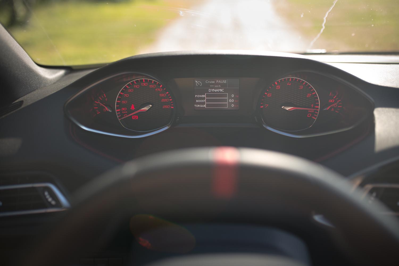 Po wciśnięciu przycisku SPORT obok dźwigni zmiany biegów, zegary zmieniają kolor a z głośników wydobywają się podejrzane dźwięki... Hmmm... lepsze byłyby te z wydechu!